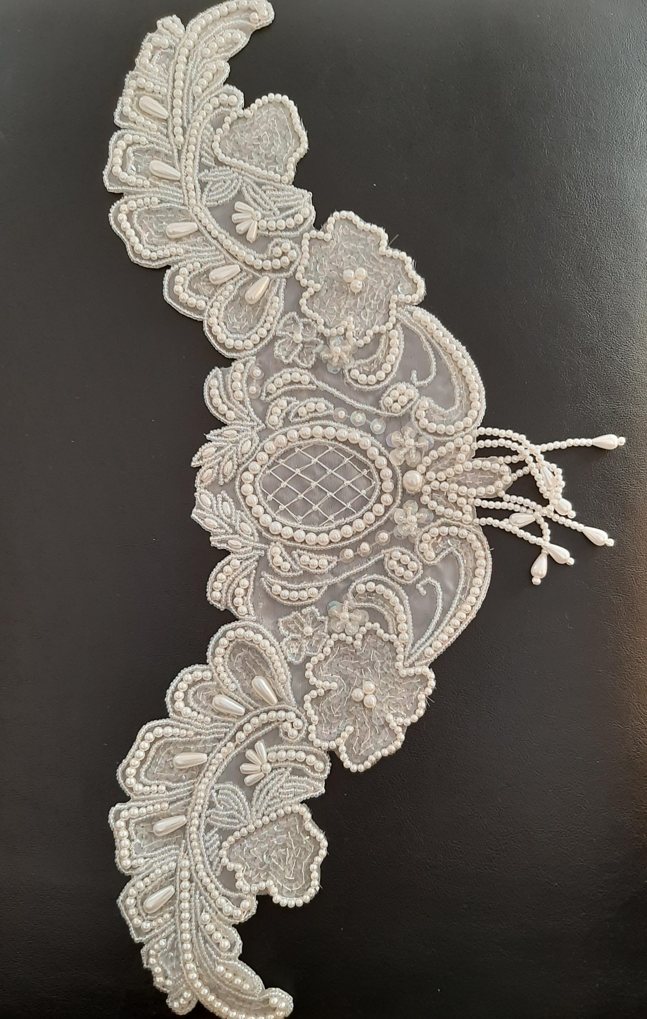 Applikation  weiß  für  Taillie oder Hüfte  mit  Perlen und Pailletten