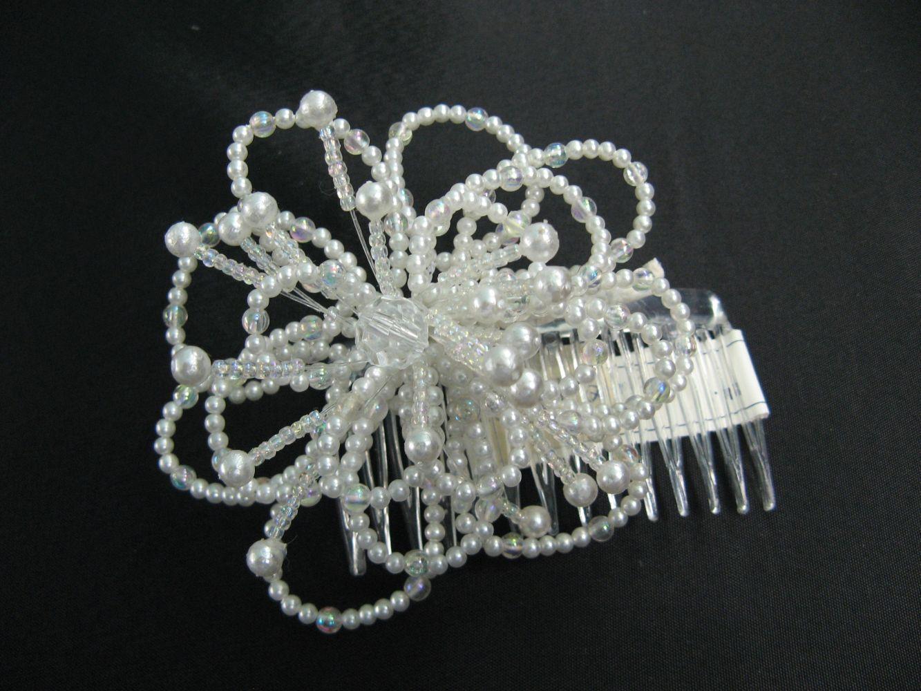 Gesteck Blume aus Perlen, auf Kamm