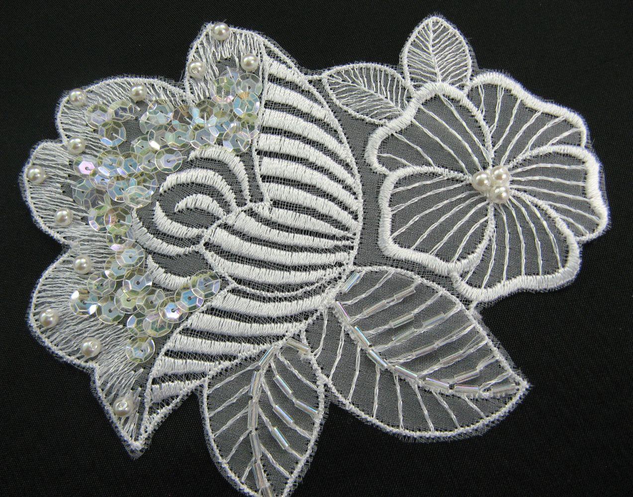 Blume, Stickerei auf Organza, mit Perlen und Pailletten 11x13 cm
