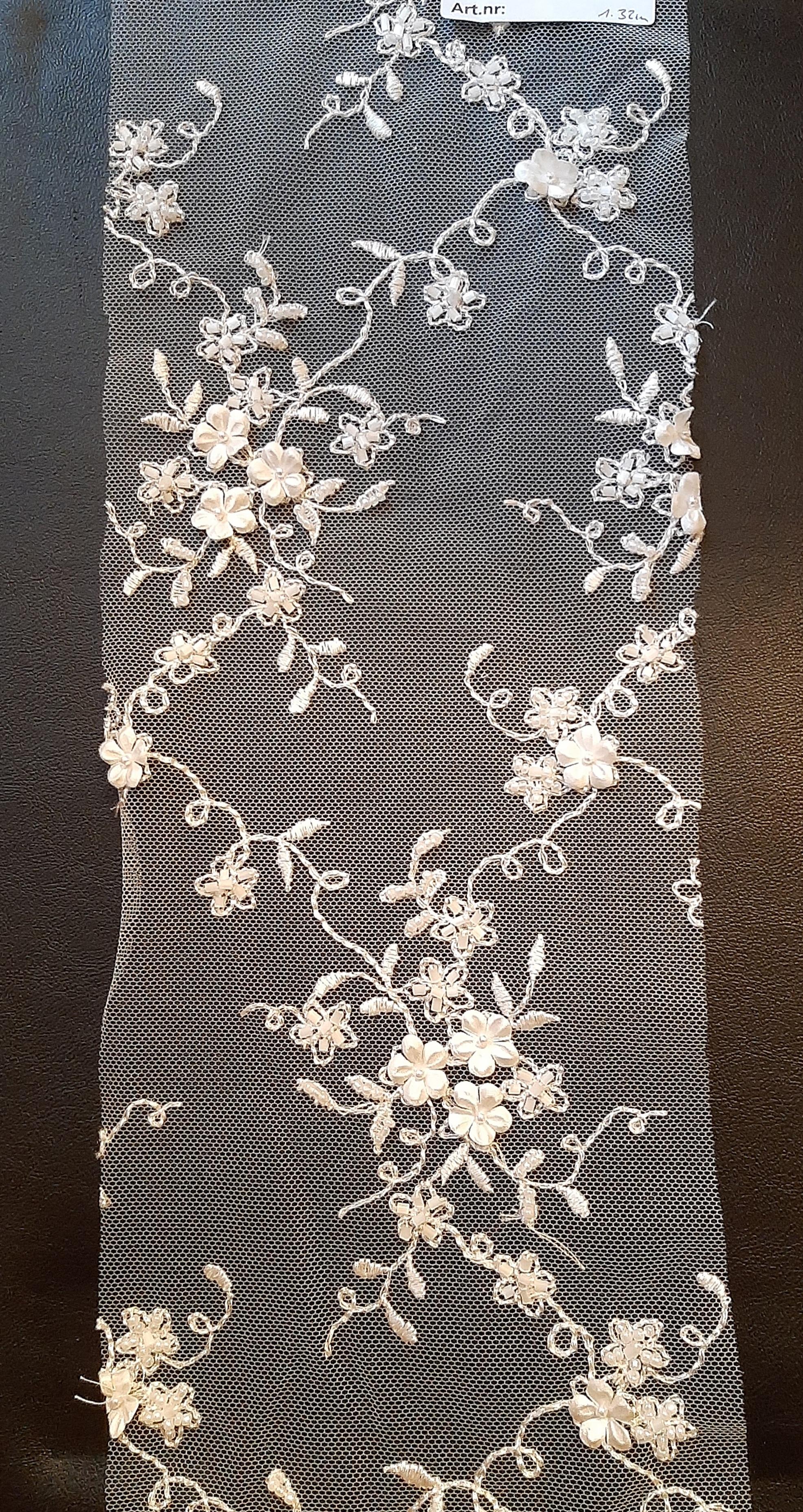 Brautspitze   Tüll  mit  Blüten und Perlen  bestickt    creme