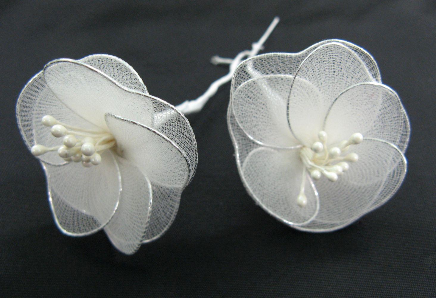 Blumen aus Strumpfnetz, wei