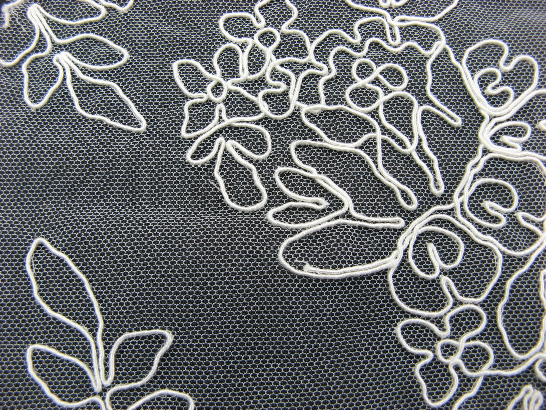 Brautspitze  in den  Farben   creme  und  schwarz   feine Stickerei  auf  Tüll