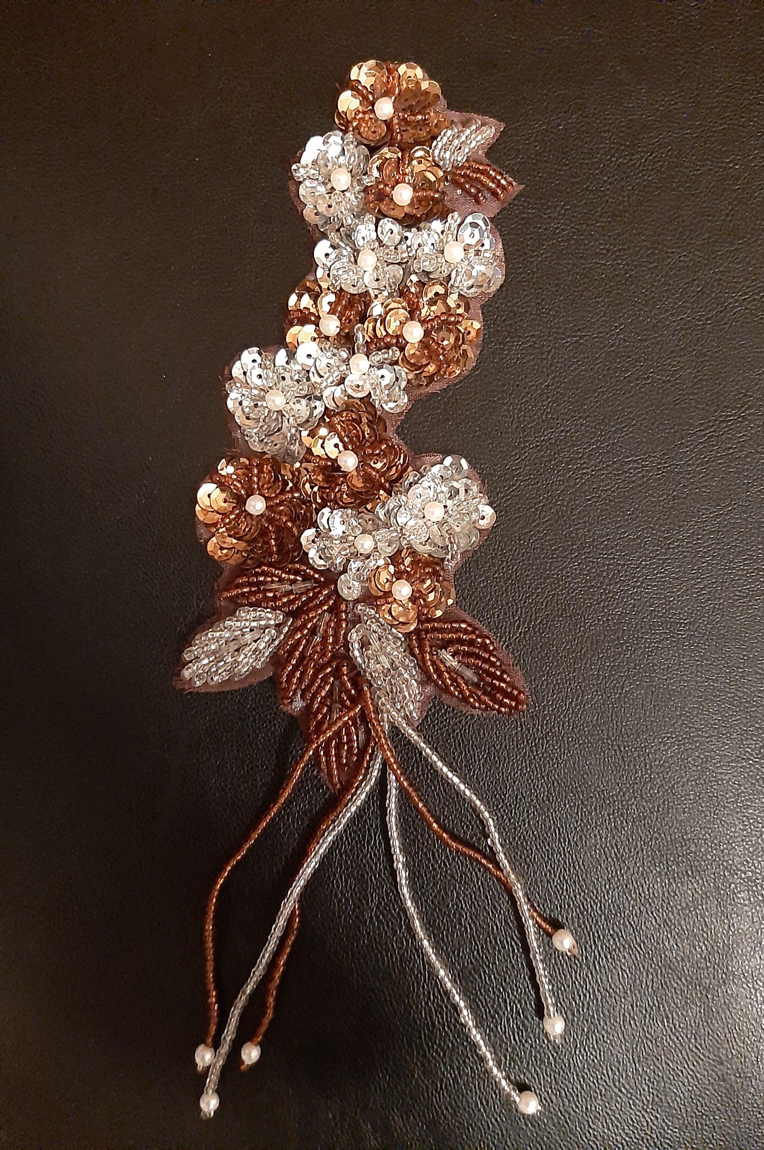Applikation  silber braun  mit Pailletten und Perlen