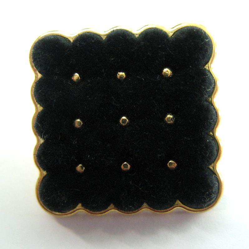 Samtknopf, eingefasst in Goldfarbe, 2,3x 2,3